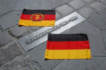 DDR und BRD Fahne am Mauerstreifen