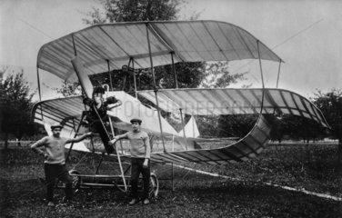 Maenner vor Flugzeug