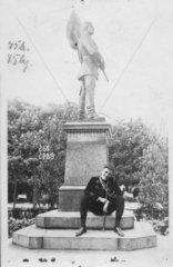 Student sitz an Statue  1910