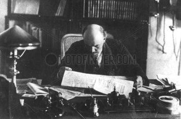 Lenin am Schreibtisch liest Zeitung