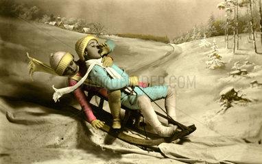 Zwei Kinder fahren Schlitten