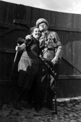 Mann in Uniform posiert mit Frau