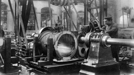 Arbeiter arbeitet an einer Maschine