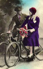 1920  Paar mit Fahrraedern