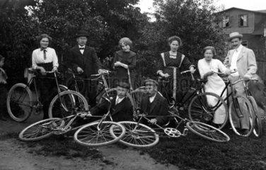 4 Maenner 4 Frauen Ausflug Fahrrad