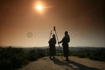 Silhouette zweier Pilgerfiguren - Jakobsweg - Camino de Santiago