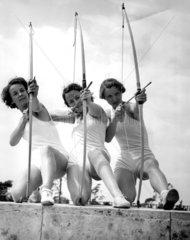 drei Frauen beim Bogenschiessen  1936