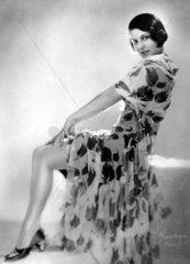 Frau zeigt Bein  1920