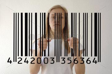 Frau hinter Barcode wie hinter Gittern