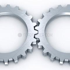 2 silber-graue Zahnraeder in einer Reihe auf weissem Hintergrund - 2 Gear Wheels Working together