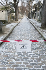 Sign warning pedestrians of slippery walkway in winter