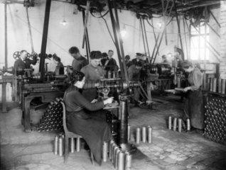 Frauen arbeiten in Waffenfabrik