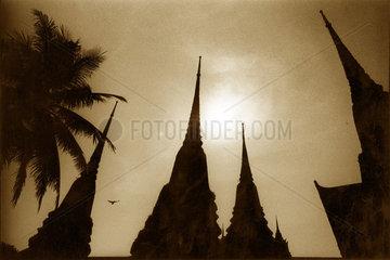 Thailand - Turmspitzen einer buddhistischen Tempelanlage