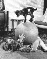 Kind mit grossem Ball auf dem ein Zieglein steht