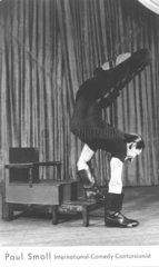 Mann laeuft mit Schuhen an den Haenden