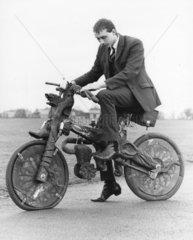 Mann auf seltsamen Fahrrad Nr.1