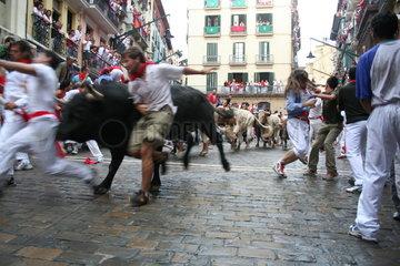 Maenner bei Stierlauf in Pamplona - Jakobsweg   Camino de Santiago