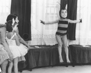 Kind als Biene verkleidet