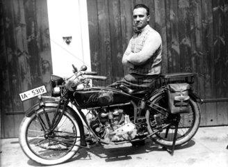 Mann auf altem Motorrad