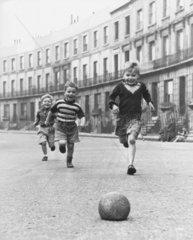 Fussball auf Strasse  50er