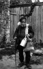 Alter Mann mit Stock