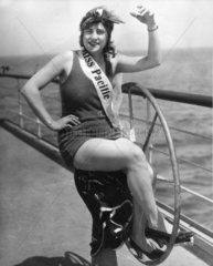 Miss Pacific posiert auf Steuerrad