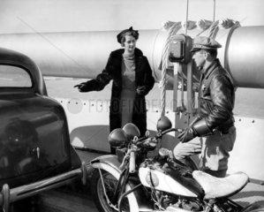 Frau  Polizist und Motorrad