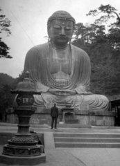 Europaeer vor Statue des Buddha Amitabha in Japan