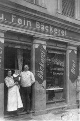 Ehepaar vor Baeckerei
