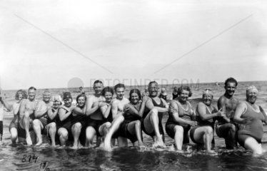 Badegruppe hebt Bein  1920
