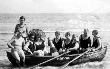 9 Frauen in einem Boot  1920