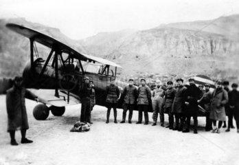 Chinesische Truppen mit Flugzeug
