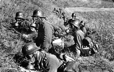 Soldaten tragen Gasmasken