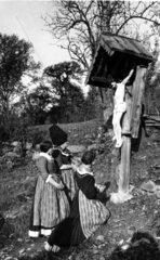 Frauen knien vor Christus-Kreuz 1920