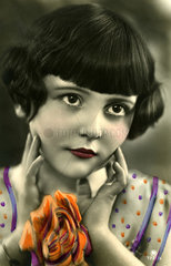 kitschiges Maedchenportrait  1920