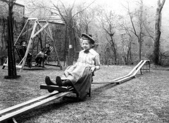Maedchen auf Spielplatz  1910