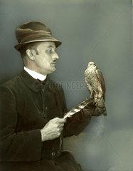 Mann mit Falke