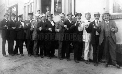 13 Maenner mit leerem Weinglas  1920