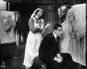Mann sitzt trauernd Frau schmachtet 1920
