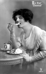 Frau isst Kuchen mit Sahne