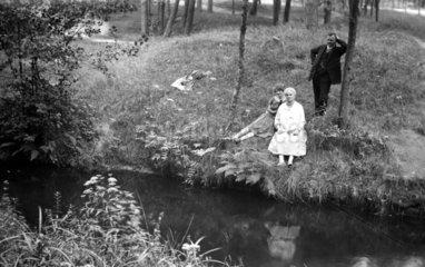 2 Frauen und 1 Mann im Wald