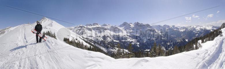 Snowboarder auf den schweizer Bergen