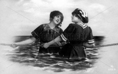 2 Maedchen an Seil im Wasser