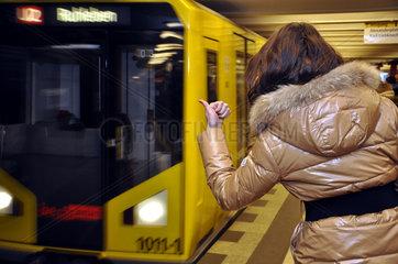 Anhalterin bei der U-Bahn