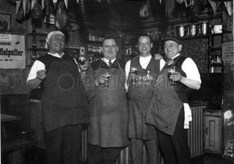 Vier Maenner trinken Bier