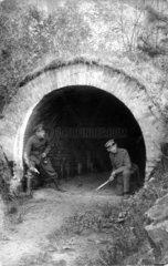 Zwei Soldaten im Tunnel
