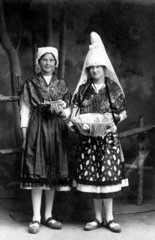 2 Frauen in Tracht