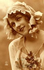 Frau mit Haube auf Kopf