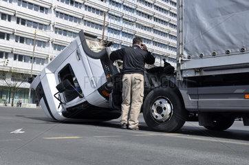 LKW-Unfall und Polizeifahrzeug