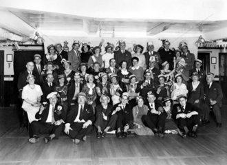 Faschingsgruppe mit Bier  1920